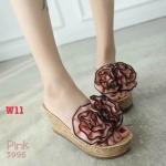 รองเท้าแฟชั่น ส้นเตารีด แบบสวม แต่งช่อดอกไม้ระบายสวยหวาน ส้นลายไม้ หนังนิ่ม ทรงสวย สูงประมาณ 4 นิ้ว ใส่สบาย แมทสวยได้ทุกชุด (3996)