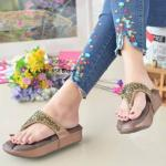 รองเท้าแตะแฟชั่น เพื่อสุขภาพ แบบหนีบ แต่งคลิสตัลเพชรสวยหรู พื้นโซฟานิ่ม ใส่สบาย แมทสวยได้ทุกชุด (999-658)