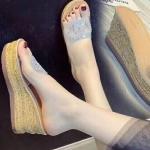 รองเท้าแฟชั่น ส้นเตารีด แบบสวม คาดหน้าพลาสติกใสนิ่มแต่งกลิสเตอร์คลิสตัล สวยหรู ส้นแต่งลายไม้ หนังนิ่ม ทรงสวย สูงประมาณ 3 นิ้ว ใส่สบาย แมทสวยได้ทุกชุด (568)