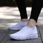 รองเท้าผ้าใบแฟชั่น แต่งลายสวยเรียบเก๋สไตล์แบรนด์ ผ้าหนานุ่ม ไร้เชือก ใส่ง่าย วัสดุอย่างดี ทรงสวย ใส่สบาย ใส่เที่ยว ออกกำลังกาย แมทสวยเท่ห์ได้ทุกชุด (F028)