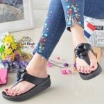 รองเท้าแตะแฟชั่น แบบหนีบ แต่งดอกคามิเลีย อะไหล CC สไตล์ชาแนล พื้นแต่งขอบตะเข็บสวยเก๋ พื้นซอฟคอมฟอตนิ่มเพื่อสุขภาพสไตล์ฟิตฟลอบ ใส่สบายมาก แมทสวยได้ทุกชุด (yt118)