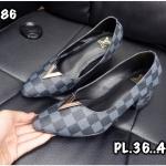 รองเท้าคัทชู ส้นเตี้ย หนังลายตารางดาเมียร์สไตล์ LV แต่งอะไหล่ V สวยเรียบหรู หนังนิ่ม ทรงสวย ส้นตัดสูงประมาณ 2.5 นิ้ว ใส่สบาย แมทสวยได้ทุกชุด (RO86)