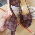รองเท้าแฟชั่น ส้นสูง แบบสวม หนังลายตารางดาเมียร์สไตล์ LV สวยเรียบหรู หนังนิ่ม ทรงสวย สูงประมาณ 3 นิ้ว ใส่สบาย แมทสวยได้ทุกชุด