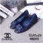 รองเท้าคัทชู ส้นแบน เดินเส้นตารางแต่งดอกคามิเลียสวยเก๋สไตล์ชาแนล หนังนิ่ม พื้นนิ่ม ทรงสวย ใส่สบาย แมทสวยได้ทุกชุด (G318842) thumbnail 1